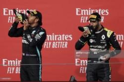 Hamilton brindando con  las botas de Ricciardo. La imagen del podio.
