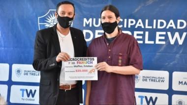 Beneficiado. Maderna entrega uno de los aportes municipales para que un emprendimiento se fortalezca.