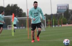 Messi sonríe en una nueva jornada de trabajos en Ezeiza con la Selección.
