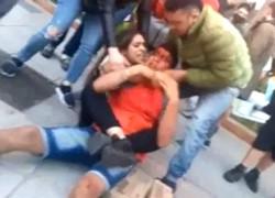 La secuencia fue filmada por los testigos y se puede ver a la joven golpeando al delincuente y sujetándolo del cuello para que no se escape.