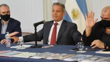 El gobernador junto al ministro de Turismo, Enrique García, hicieron el anuncio sobre la primera etapa de apertura para el turismo.
