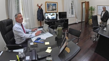 Desplazado. El mandatario ahora trabaja en lo que suele ser la antesala del despacho principal de Fontana 50, debido a los daños en Rawson.