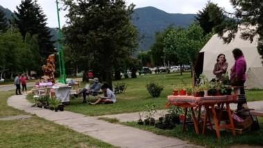 Debate. La plaza, entre los artesanos y los revendedores.