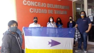 Bandera. Los referentes de las comunidades tras su encuentro con la concejal Olga Godoy en Trelew.
