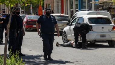 Uno de los sospechosos del asesinato en el momento de ser aprehendido por la Policía. Gran operativo.