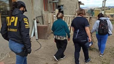 La Brigada de Esquel y personal de Salud en el establecimiento rural.