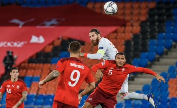 Ramos falló dos penales, pero rescataron un punto ante Suiza (1-1) con gol de Moreno en los últimos minutos.