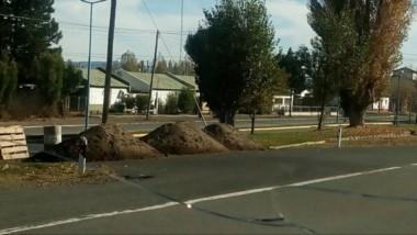 Los montículos de tierra cortando uno de los ingresos a Tecka