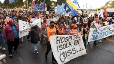 Los trabajadores estatales realizaron una marcha de antorchas por las calles céntricas de Madryn.