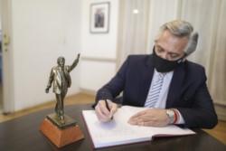 El jefe de Estado, con una imagen del ex presidente Néstor Kirchner, a quien recordó este Día de la Militancia.
