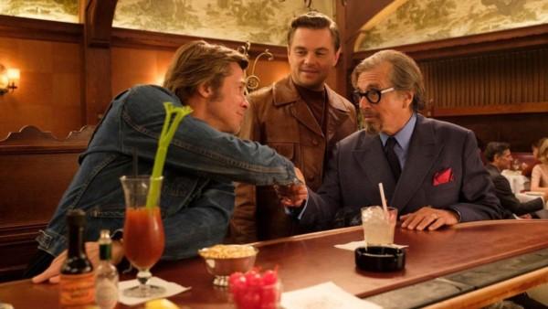 """Tres potencias se saludan. Pacino, Di Caprio y Pitt en una fotograma de """"Érase una vez en Hollywood""""."""