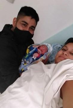 Geraldine junto a su esposo y su nuevo hijo. A los días moriría por una infección.