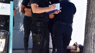 Efectivos policiales detienen a los sujetos que tiraron piedras.