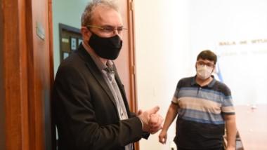 Lavado. El ministro explicó hacia dónde se están trasladando los contagios y desinfectó sus manos antes de atender a la prensa en Rawson.