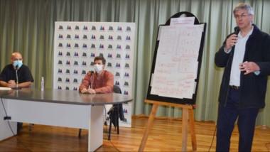 El intendente de Esquel, Sergio Ongarato, anunció las nuevas medidas en una conferencia de prensa.