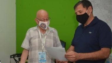 El agradecimiento de Evaristo Melo a Alejandro Rucci, representante de Hidroeléctrica Ameghino S.A.