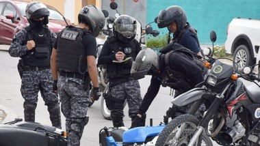 El motociclista escapó de un control y chocó, pero fue aprehendido.