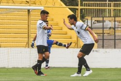Gaspar Triverio festeja el primer gol de Madryn con Emiliano López.