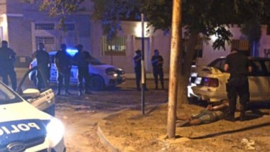 La noche  furiosa del conductor terminó cuando realizó una maniobra que provocó la rotura de su auto.