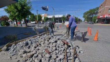 Trabajos. Una esquina transitada de Trelew, escenario de otra intervención municipal por reparaciones.