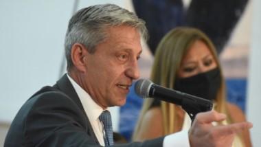 El gobernador junto a la titular de Vialidad Provincial durante la licitación del puente de Caleta Córdova.