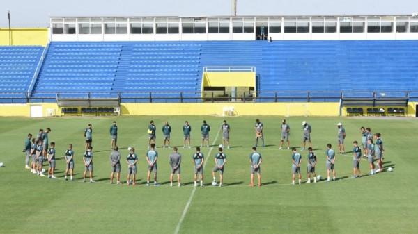 Esta mañana, antes de comenzar el entrenamiento, el plantel de Rosario Central realizó un minuto de silencio en homenaje a Diego .