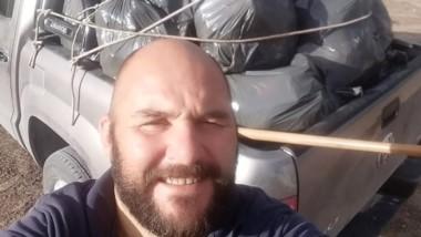 Rolo Rodríguez se fotografió con su camioneta llena de bolsas de basura que él mismo recigió de la playa.