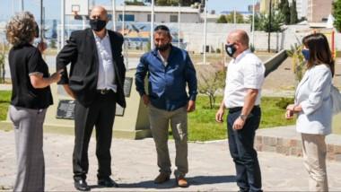Sastre junto a Daniel Belmar y miembros del centro de Veteranos de Malvinas concretaron el izamiento.