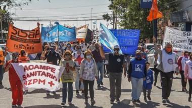 Los estatales volvieron a reclamar por las calles de Madryn, buscando respuestas al no pago de haberes.