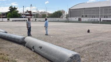 La nueva gestión de Independiente busca avanzar en obras. Comenzó a instalarse la nueva cancha de fútbol 8.