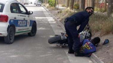 En la huída, el joven detenido dañó un móvil policial que lo perseguía.