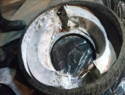 Tras sacar la primera rueda y proceder a su desarme observaron en el interior un cuerpo metálico en forma de cilindro atornillado a la goma.