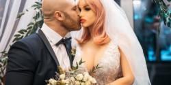 Ella lucía un vestido de novia blanco, con velo largo, y llevaba en sus manos un ramo de rosas blancas. Él, de impecable smoking negro.