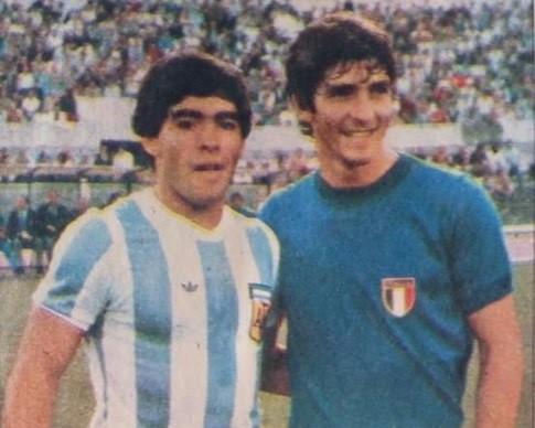 Paolo Rossi junto a Diego Maradona en un amistoso en 1.979.