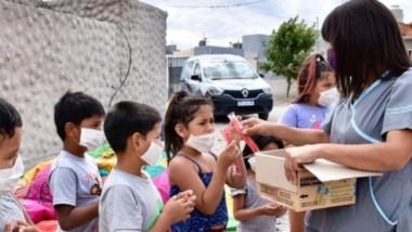 Aprendizaje. Los pequeños reciben sus elementos de higiene además de varios consejos sobre su buen uso.