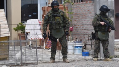 """En Playa Unión allanaron la vivienda de un sujeto apodado """"Mota"""", quien está detenido pero en su casa."""