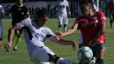 """Leonel Álvarez no llega ante el cruce del defensor de la """"Lepra"""". Brown sumó otro buen punto de visitante."""