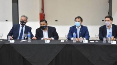 Momentos en que se firmaba un acuerdo entre PAE y  el Sindicato de Petróleo. Arcioni presidió el acto.