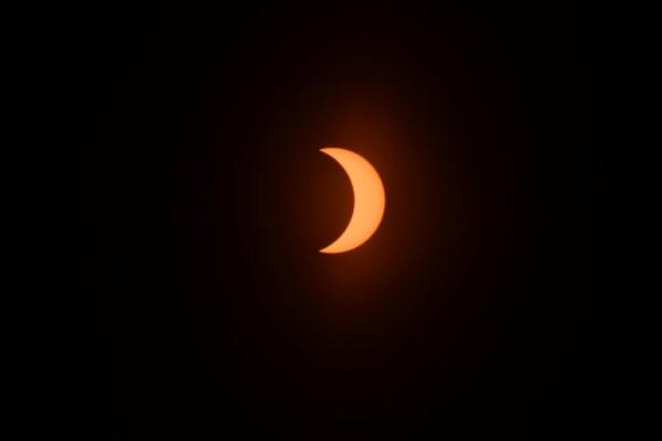 En la Luna Nueva, nuestro satélite se cruza en la línea de la eclíptica, produciendo uno de los fenómenos astronómicos más deslumbrantes. (Fotos: Daniel Feldman, enviado especial a Las Grutas).