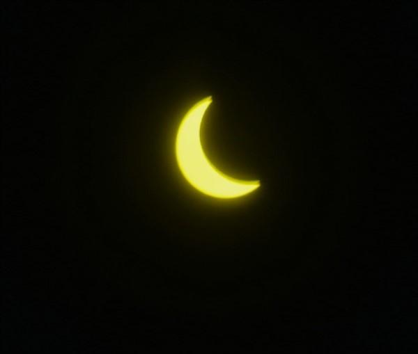 La luna cruza la línea de la eclíptica, corriéndose a la derecha de la imagen, y el Sol resurge, en poética alegoría: la oscuridad no puede ocultar la Luz.... (Foto: Norman Evans, exclusivo de Jornada