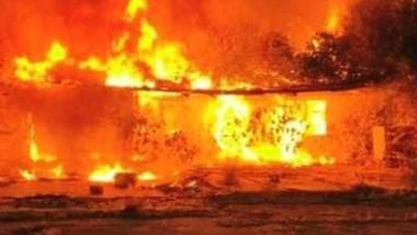La vivienda abandonada y su predio de la calle davies bajo las llamas.