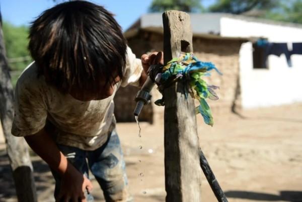 Un nene wichi toma agua en un paraje ubicado en Tartagal. Foto: Emmanuel Fernández.