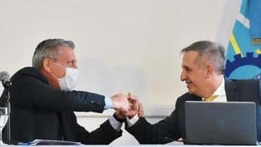 Venga esa mano. Luego de meses de negociación, finalmente la Provincia selló el acuerdo con los bonistas.