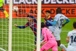 Messi, después de errar un penal , le da el empate al Barcelona. Iguala el récord de Pelé de más goles en un solo club.