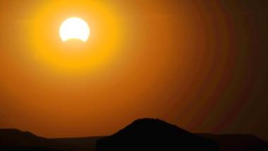En Chubut, durante el mediodía,  veremos a la luna interponerse frente al sol hasta cubrirlo en un 94%.