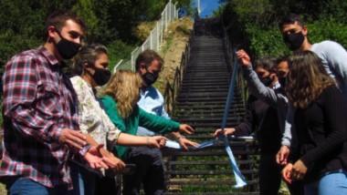Promesa cumplida. Los vecinos de varios barrios beneficiados con la nueva escalera.