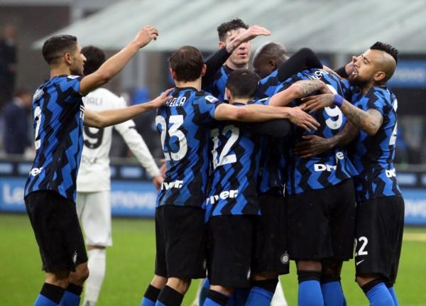 Inter también ganó y no le pierde pisada el Milan.