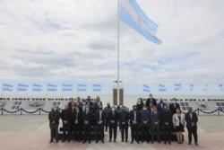 Fernández comenzó su actividad oficial en el Monumento a los Héroes de Malvinas, donde realizó un homenaje, colocó una ofrenda floral.