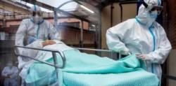 Un hombre de 74 años que fue diagnosticado con coronavirus el mes pasado murió por reinfección de una cepa diferente del Covid-19.