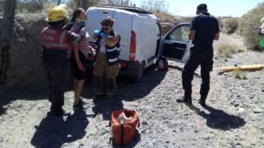 El utilitario Renault Kangoo volcó y una mujer resultó lesionada.